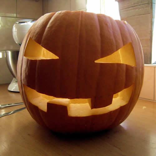 halloween pompoen: mond en ogen zijn gedaan!