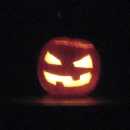 halloween pompoen: in het donker ziet-ie er zo uit