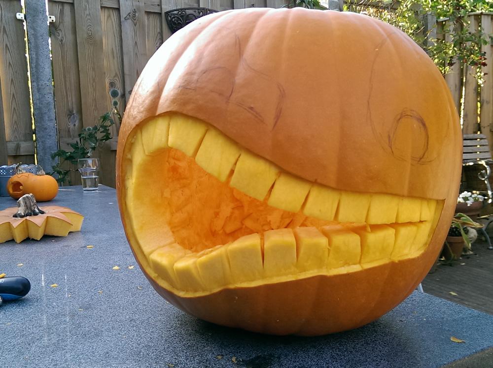 De gemene mond met de grote tanden is ruwweg uitgesneden.