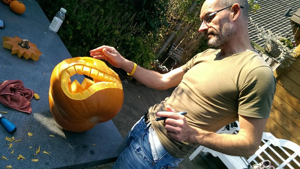 Bijna klaar. Alleen nog de details van de tanden van de grote Halloweenpompoen erin snijden.