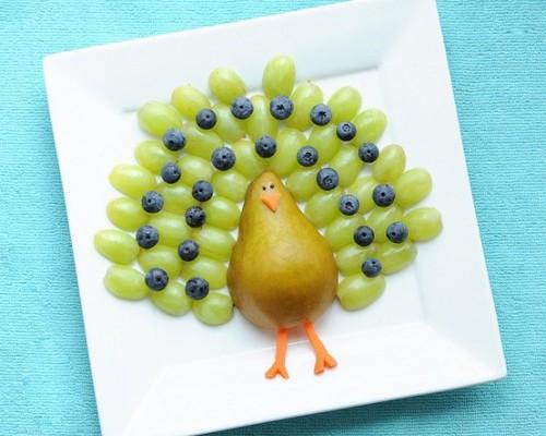 Een pauw van druiven, een peer en worteltjes
