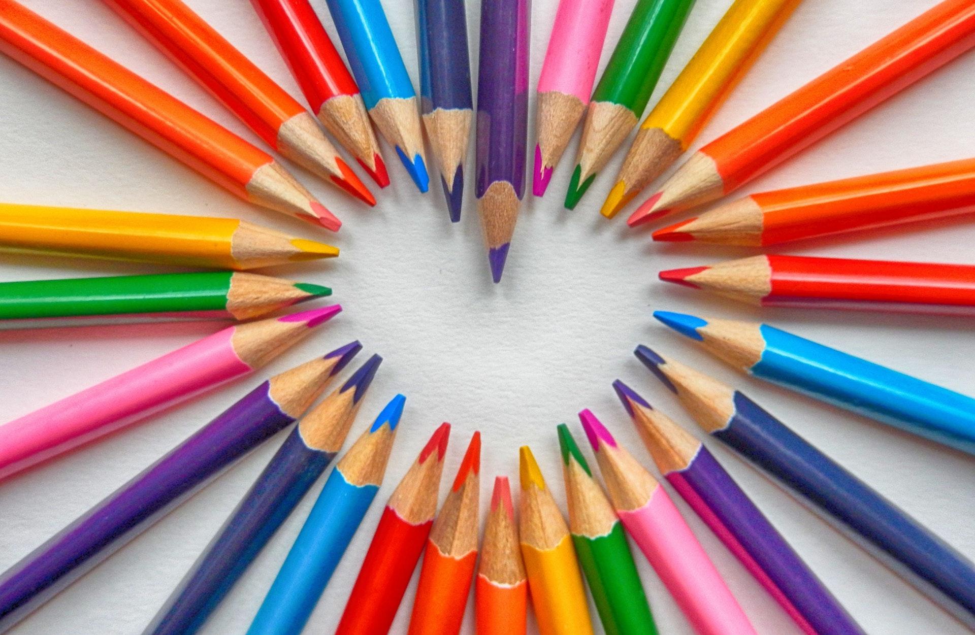download wallpaper: een hartje van kleurpotloden wallpaper