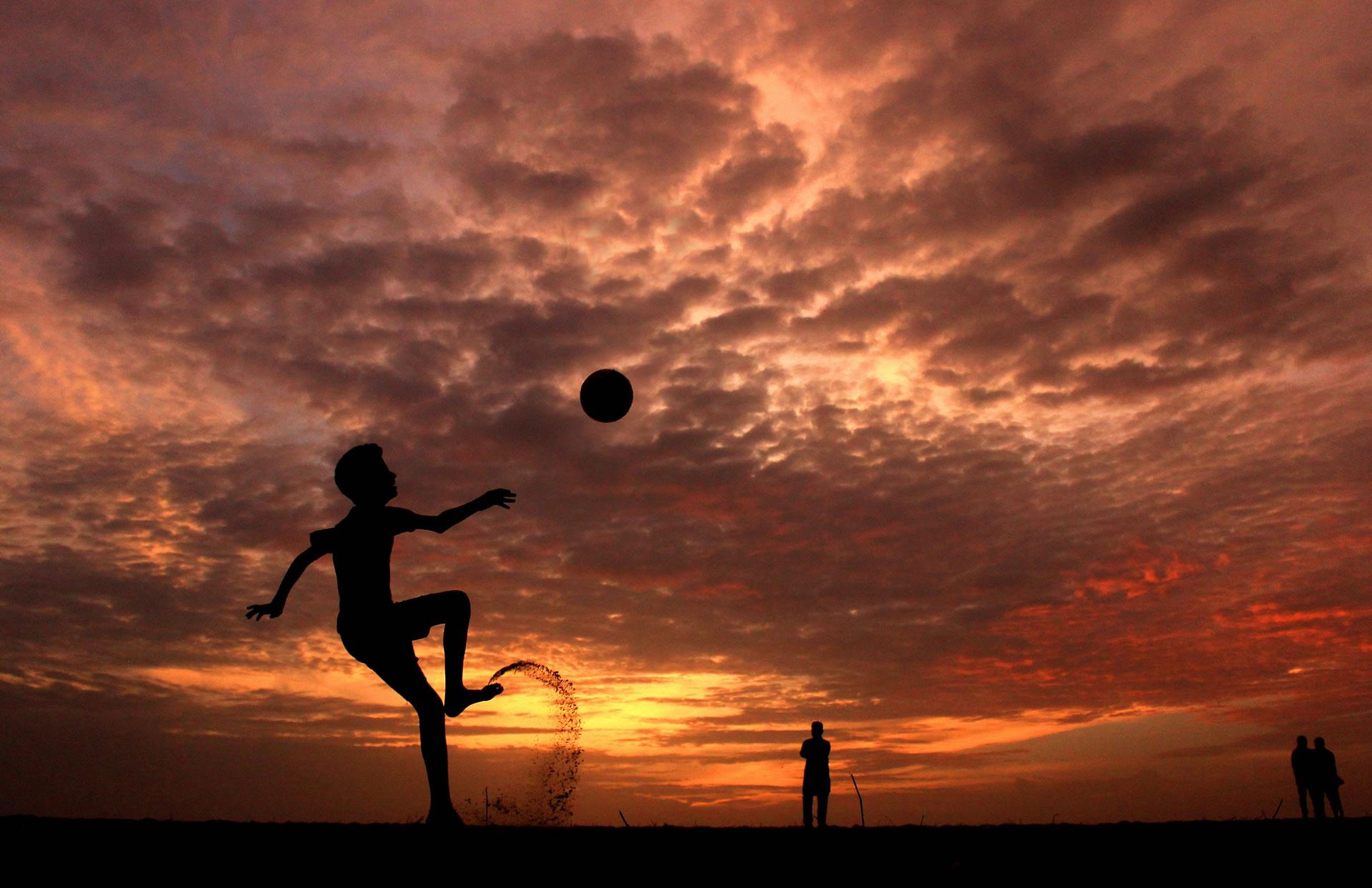 download wallpaper: voetballen aan het strand wallpaper