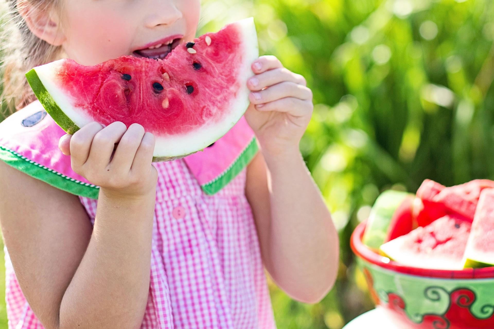 download wallpaper: smikkelen aan een stuk watermeloen wallpaper